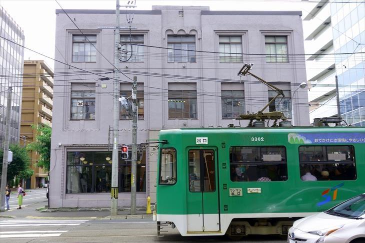 旧藪商事会社ビルと路面電車