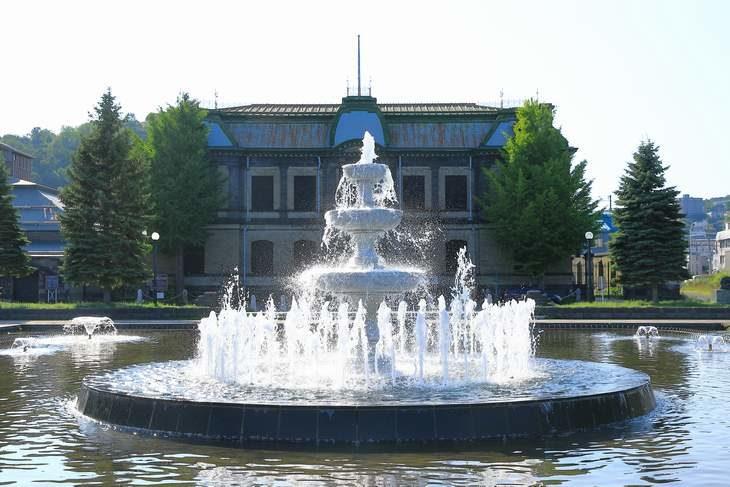 運河公園と旧日本郵船小樽支店