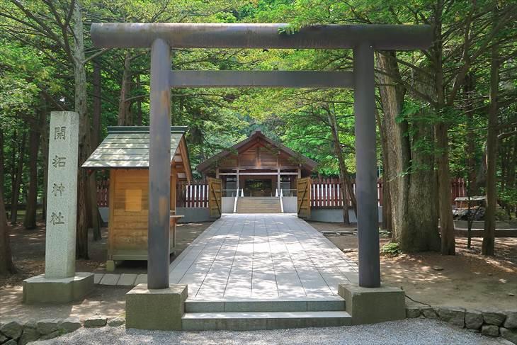 開拓神社と鳥居