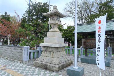 新琴似神社の石灯籠(左)