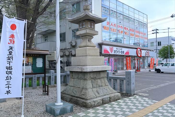 新琴似神社の石灯籠(右)