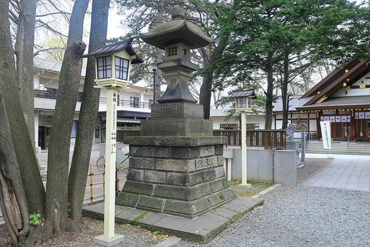 新琴似神社 大きめの石灯籠(左)
