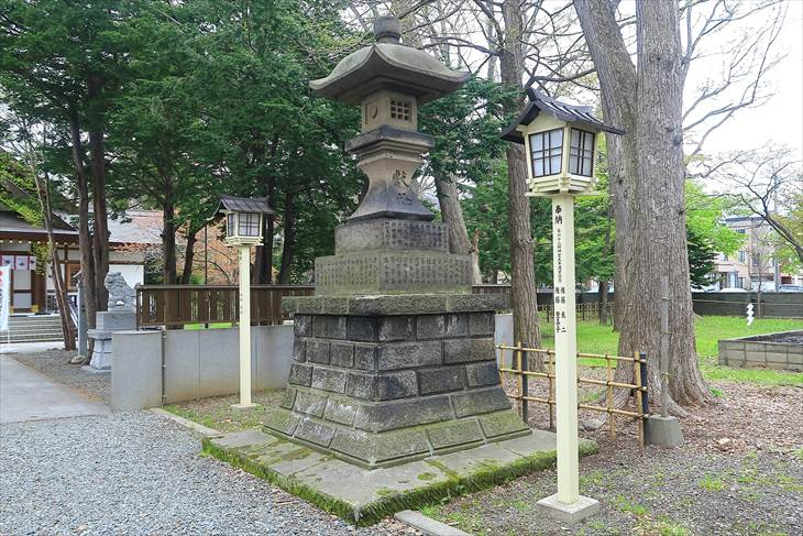 新琴似神社 大きめの石灯籠(右)