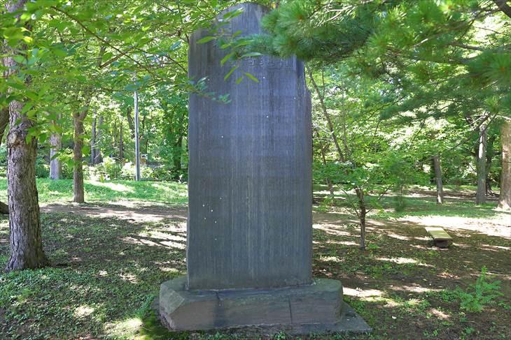 「島判官紀功碑」と「島判官建碑寄附芳名」の副碑