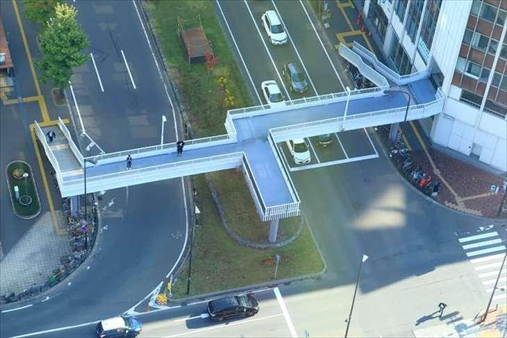 さっぽろテレビ塔後ろの不思議な形の横断歩道橋