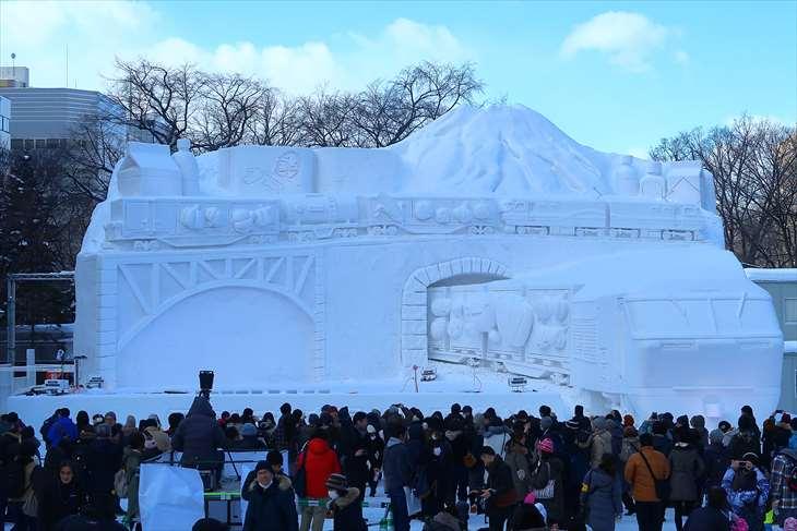 さっぽろ雪まつり・大通公園8丁目・【大雪像】届いたあたり前が、届ける喜び。 ~今日も走るレッドベア~